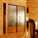 Armoire en bois avec portes vitrail