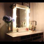 Miroir de maquillage avec des lumières et une table pour le maquillage faites-le vous-même