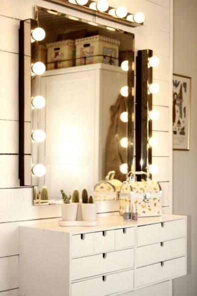 Asenna erilliset yksiköt, joissa on lamput peilin ympärille