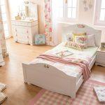 Belle chambre tendre avec un lit confortable pour une adolescente