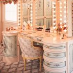 Kaunis peilipöytä ja peili