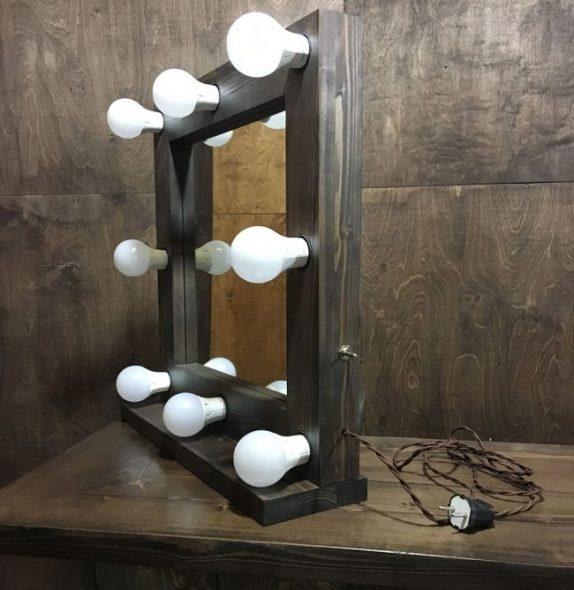 Pieni kannettava peili valolla