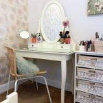 Une petite table de maquillage dans le style de la Provence