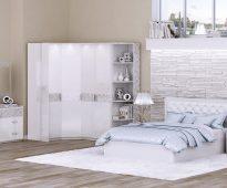 Douce chambre blanche avec un lit moelleux