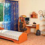 Chambre ado avec un lit près de la fenêtre