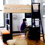 Placer le lit et le lieu de travail dans un petit espace