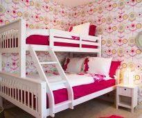 Joli lit dans la chambre des jeunes filles