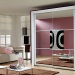 Salon élégant avec armoire à glace blanche