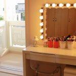 Peilipöytä ja valaistu peili