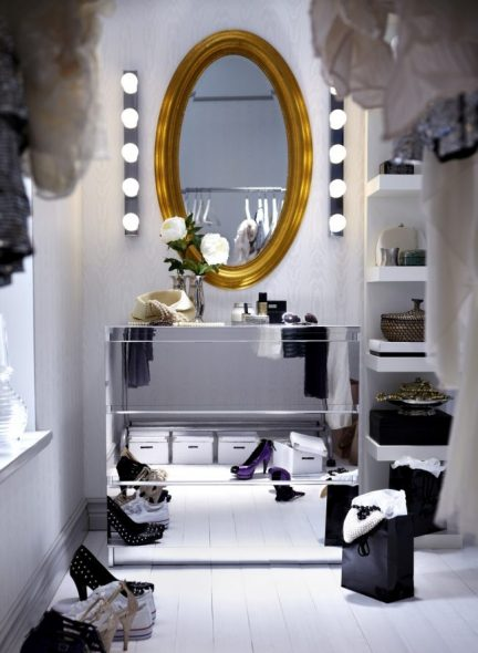 Meikkipeili pukuhuoneessa