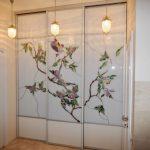 Armoire encastrée avec vitrail sur les portes