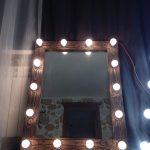 Puinen peili valolla