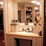 Peili, sisäänrakennettu vaatehuone