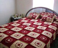 Motifs blancs et rouges pour couvre-lit