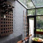 Bouteilles sur une étagère en bois dans le mur