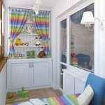 Armoire pour enfants avec une aire de jeux sur le balcon