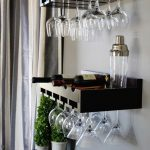 Belles étagères pour les bouteilles de vin et les verres