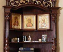 Belle étagère pour les icônes sur trois niveaux
