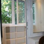 Armoire et étagères sous la fenêtre sur le balcon