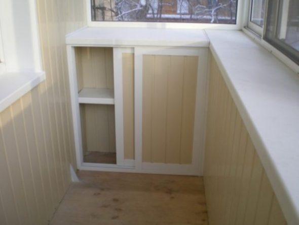 Cabinet sous la fenêtre
