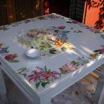 Table en bois blanc en technique de découpage