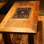 Table en bois avec calandre forgée au milieu