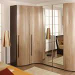 Meuble d'angle en bois avec portes en miroir