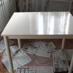 Pour recouvrir la table, un émail à base de solvant sera requis dans deux couleurs différentes.