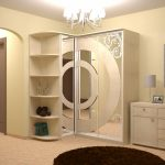 Belle armoire de coin pour le couloir avec un design intéressant.