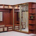 Belle armoire à glace dans le couloir