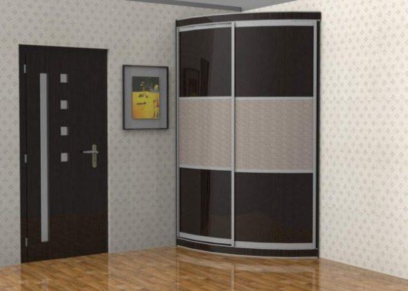 Une petite armoire dans le couloir