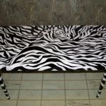 Design inhabituel de la table en noir et blanc