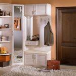 Armoire inhabituelle dans le coin avec étagères ouvertes et casiers pour le couloir