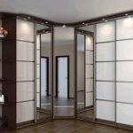 Grande armoire d'angle éclairée