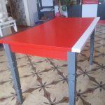 Table en bois peint