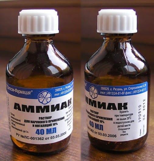 Ammoniakoplossing om vlekken uit de stof te verwijderen