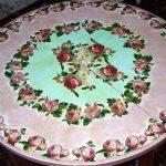Table chic avec des roses avec leurs propres mains