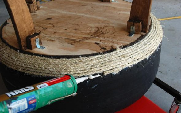 הצמיג מודבק בחבל באמצעות דבק חם.