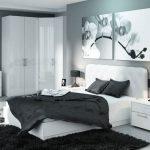 Chambre en noir et blanc avec une armoire d'angle.