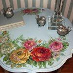 Table ancienne décorée de motifs