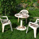 Table et chaises avec décor