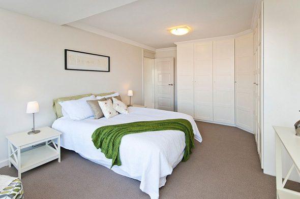 Chambre avec penderie d'angle blanche
