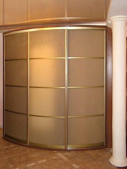 Armoire d'angle avec une façade en verre