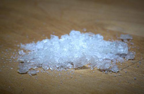 Neem het zout en strooi de vlek.
