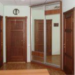 Armoire encastrée dans le couloir