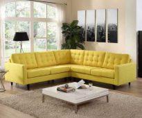 Canapé d'angle jaune près de la fenêtre