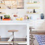 Cuisine blanche avec étagères ouvertes pour la cuisine