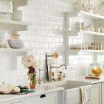 Cuisine blanche avec étagères ouvertes pour la vaisselle