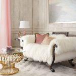 Cape en fourrure blanche sur le canapé