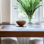 Grande table carrée en bois